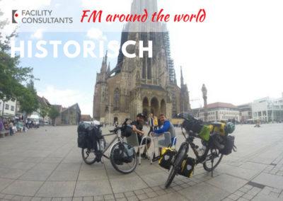 """Bild von """"FM around the world"""" vor dem Ulmer Münster"""