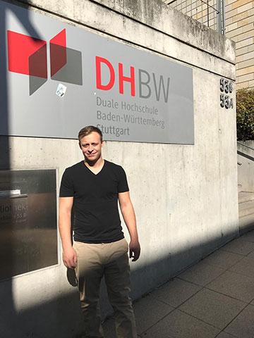 Julian vor der DHBW